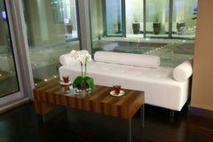 Tavolino da salotto con due tazze immagine stock libera da diritti