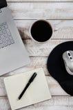 Tavolino da salotto con il computer portatile ed il taccuino fotografia stock