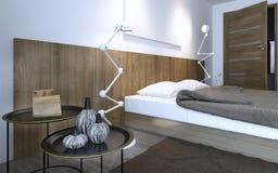 Tavolino da salotto e lampada vicino al letto Fotografie Stock Libere da Diritti