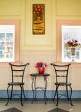 Tavolino da salotto e sedie Fotografia Stock Libera da Diritti