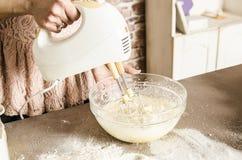 Tavolo da cucina con gli ingredienti Immagine Stock
