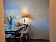 Tavolo da cucina con i fiori immagini stock libere da diritti