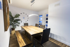 Tavolo da cucina di legno, interno domestico rurale immagini stock libere da diritti
