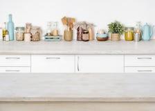 Tavolo da cucina di legno vuoto su fondo vago degli ingredienti alimentari Immagini Stock