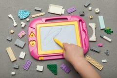 Tavolo da disegno magnetico del giocattolo del bambino fotografia stock libera da diritti