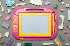 Tavolo da disegno magnetico, giocattolo affinchè imparare disegnino fotografia stock libera da diritti