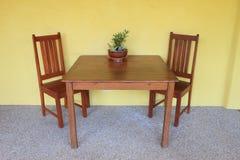 Tavolo da pranzo con la parete gialla Fotografia Stock Libera da Diritti