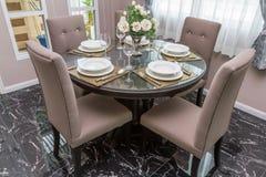Tavolo da pranzo di lusso con stoviglie ed i vasi decorati Immagine Stock