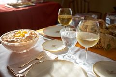 Tavolo da pranzo messo per la cena di ringraziamento immagini stock libere da diritti