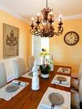Tavolo da pranzo servito in casa di lusso Fotografia Stock