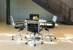 Tavolo di riunione nell'area dell'ufficio fotografia stock libera da diritti