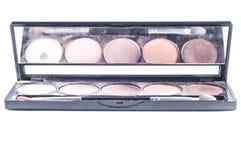 Tavolozza con differenti tonalità delle ombre del fronte e dell'applicatore della spazzola per l'applicazione Il trucco ha messo  fotografia stock