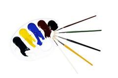 Tavolozza con i colori e le spazzole Fotografia Stock Libera da Diritti