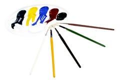 Tavolozza con i colori e le spazzole Immagini Stock Libere da Diritti