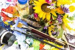 Tavolozza con il materiale della pittura e un mazzo dei fiori di estate Immagine Stock