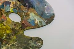 Tavolozza con la pittura ad olio su fondo bianco Arte, dipingente immagine stock