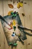 Tavolozza con le pitture e le spazzole Fotografia Stock