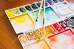 Tavolozza della pittura e del pennello Immagini Stock