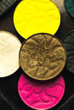 Tavolozza delle ombre per trucco con gli zecchini e lo scintillio colori bianchi, neri, gialli e rosa fotografia stock libera da diritti