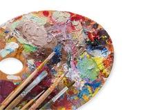 Tavolozza di arte con i colpi variopinti della pittura, isolati Immagine Stock