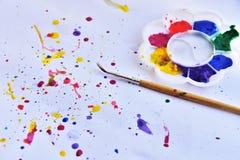 tavolozza di colore di acqua con il pennello su fondo bianco fotografie stock libere da diritti