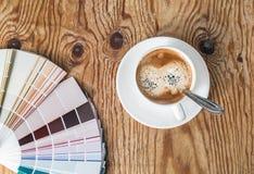 Tavolozza di colore e tazza di caffè fotografie stock libere da diritti
