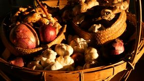 Tavolozza di verdure organica nei raggi del sole Natura morta rustica d'annata degli scalogni, delle spezie e dell'aglio video d archivio