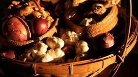 Tavolozza di verdure organica nei raggi del sole Natura morta rustica d'annata degli scalogni, delle spezie e dell'aglio archivi video