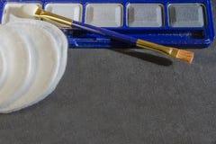 Tavolozza e spazzola dell'ombretto Trucco reale per il fronte fotografie stock libere da diritti