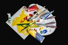 Tavolozza, pitture e spazzole di arte fotografia stock