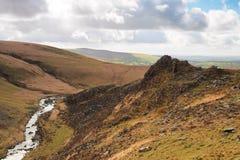Tavy splijt kloof door Tavy Cleave Piek, het Nationale Park van Dartmoor, Devon, het UK wordt overzien dat stock foto's