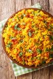 Tawa Pulao é um alimento popular da rua de Mumbai do arroz com vegetais e close-up das especiarias Vista superior vertical fotografia de stock