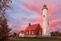 Tawas punktfyr på solnedgången i Tawas Michigan Royaltyfri Foto