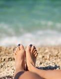 Taxa da moça do lazer que relaxa na praia Foto de Stock Royalty Free