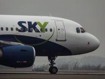 Taxando linhas aéreas do céu Fotografia de Stock