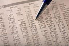 Taxas de câmbio da moeda no jornal financeiro Fotos de Stock