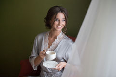 Taxas de sorriso novas da noiva da menina Fotografia de Stock