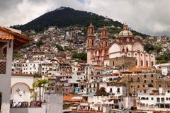 Taxco Häuser und Kirche II Stockbild