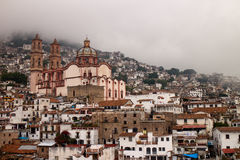 Taxco nebbioso Santa Prisca Church Immagine Stock