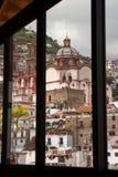 Taxco till och med ett fönster Royaltyfri Bild
