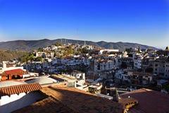 Taxco, uma cidade do montanhês sob o azul Imagem de Stock Royalty Free