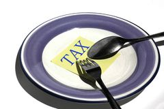 Taxe à la consommation - texte de concept d'affaires sur le papier cuillère de plat Photos stock