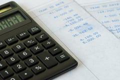 Taxe o cálculo ou o salário financeiro do escritório, calculadora preta sobre imagens de stock