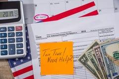 taxe o tempo no formulário de imposto com a torta de fruta, o dinheiro e a calculadora Foto de Stock