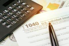 Taxe a submissão ou o conceito do cálculo do rendimento, pena 1040 E.U. dentro fotografia de stock royalty free