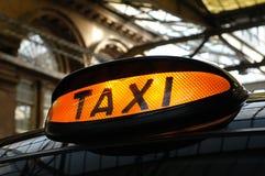 Taxi à la gare Photographie stock