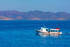 Taxi łódkowata wchodzić do Hydry wyspa Fotografia Stock