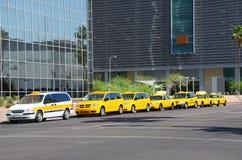 Taxi allineati per i prezzi Fotografia Stock