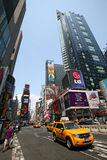 Taxi amarillo en el cuadrado de New York Times Imagen de archivo libre de regalías