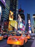 Taxi amarillo en el Times Square Nueva York foto de archivo